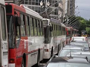ônibus ficam parados após problema na rede de trólebus (Foto: Luiz Guarnieri/AE)