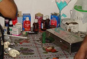 Mesa e ferramentas encontrados em consultório usado por falso dentista em Belém (Foto: Divulgação/Conselho Regional de Odontologia de Belém)