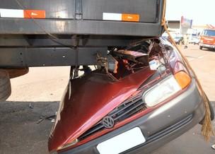 Carro fica 'enganchado' em caminhão boiadeiro (Foto: Felipe Bastos / G1MS)