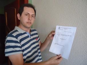 """O ex-assessor parlamentar Marcelo Aparecido Fernandes mostra uma cópia do documento de sua exoneração: """"irei recorrer, me senti difamado"""", declara (Foto: Adriane Souza/G1)"""