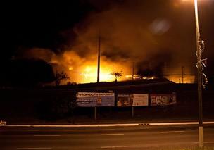 incendio atinge distribuidora de farmacia em salvador (Foto: Egi Santana/G1)