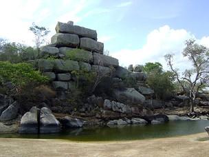 Disposição dos blocos de pedra da Saca de Lã desafiam turista a acreditar que não houve interferência humana (Foto: Karoline Zilah/G1)