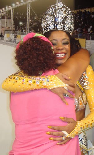 A Rainha recebe o abraço de parabéns de sua mãe (Foto: Letícia Carlan)