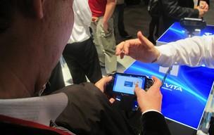 Visitante da CES testa o PS Vita, da Sony (Foto: Gustavo Petró/G1)