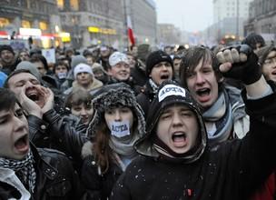 Manifestantes gritam frases contra projeto de lei antipirataria Acta. O protesto, realizado nesta terça-feira (24), foi feito em frente a um escritório da União Europeia na Polônia. O Acta almeja criar padrões internacionais para a proteção da propriedade (Foto: Janek Skarzynski/France Presse)