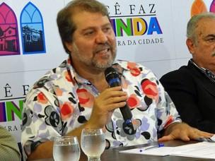 Prefeito de Olinda, Renildo Calheiros, anuncia tema do carnaval 2012 (Foto: Katherine Coutinho / G1 PE)