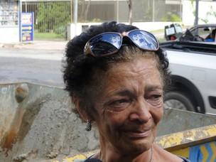 Maria das Graças Reis, irmã de Wando, se emociona no hospital (Foto: Pedro Triginelli/G1)