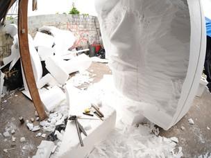 Escultura sendo feita no barracão da escola de samba (Foto: Raul Zito/G1)