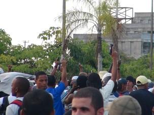 Um grupo de Policiais Militares que decretaram greve na Bahia  (Foto: Cláudio Cassiano/A Tarde/Futura Press)