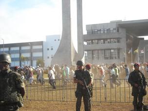 PMs em greve na Assembleia da Bahia (Foto: Lílian Marques/G1)