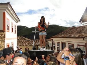 Mulheres desfilam sobre  caixões (Raquel Freitas / G1)