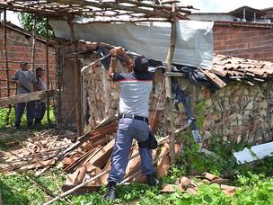 Barracos são derrubados em João Pessoa (Foto: Walter Paparazzo/G1 PB)