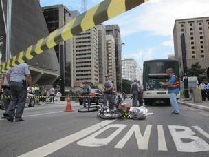 Ciclista é atropelada na Avenida Paulista (Foto: Rosanne D'Agostino/G1)