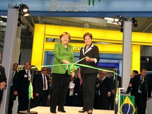 """Dilma e Angela Merkel no espaço """"Brasil"""" da Cebit, Feira Internacional das Tecnologias da Informação e das Comunicações, em Hannover (Foto: Roberto Stuckert Filho / Presidência)"""