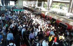 Superlotação também foi registrada na Estação Santo Amaro (Foto: Fabiana Santos da Silva/VC no G1)
