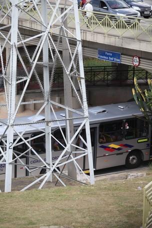 Pintor passou por um metro de farpas metálicas para subir em torre (Foto: Gilson Hanashiro/Agência BOM DIA)
