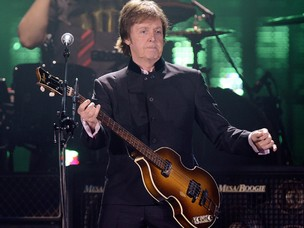 Paul McCartney se apresenta em Zurique, na Suíça, na segunda-feira (27). O cantor toca em 25 de abril, em Florianópolis; e um dia antes, no Recife. (Foto: AP/Walter Bieri)