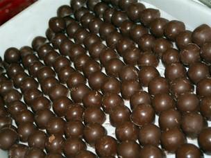 Bombons de chocolate recheado com cupuaçu (Foto: Tiago Melo/G1 AM)