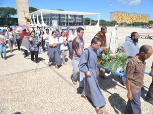 Manifestantes contrários ao aborto de anencéfalos diante da sede do STF, em Brasília (Foto: Antonio Cruz / Agência Brasil)