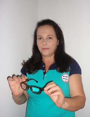 """Elídia segura óculos comprado por R$ 10: """"ou eu comprava ou não conseguiria ver nada"""" (Foto: Arquivo pessoal)"""