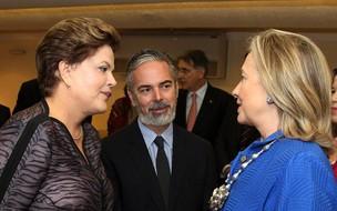 A presidente Dilma Rousseff e a secretária de Estado dos Estados Unidos, Hilarry Clinton, observadas pelo ministro da Relações Exteriores, Antonio Patriota (Foto: Roberto Stuckert Filho / Presidência)