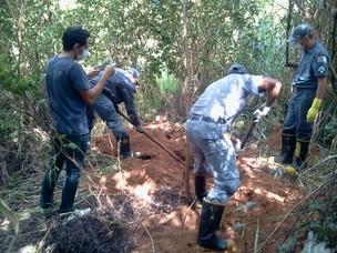 Corpo de Bombeiros foi acionado para desenterrar o corpo da vítima (Foto: Sandro Zeppi/TV Tem)
