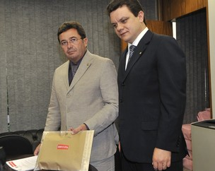 O presidente da CPI, Vital do Rêgo, e o relator da comissão, Odair Cunha, ao receber inquérito do Supremo sobre  Demóstenes Torres (Foto: José Cruz / Agência Brasil)