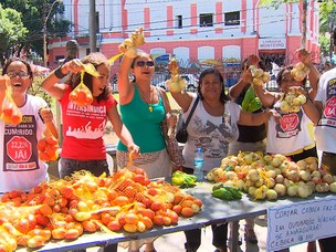 Professores em greve vendem frutas e verduras em protesto em Salvador (Foto: Reproduo/ TV BA)