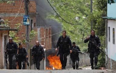 Policiais caminham na Vila Cruzeiro nesta sexta-feira (26)