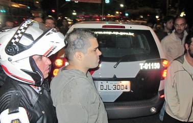 Punk é preso durante marcha da liberdade (Foto: Eduardo Carvalho/G1)
