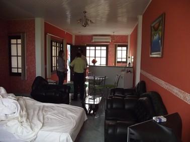 Quarto de hotel onde adolescentes e jovem foram encontrados pela polícia em cobija, na Bolívia (Foto: Divulgação/Polícia Civil AC)