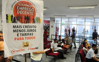 Bancários em greve fazem protesto no interior de agências no centro do Recife (PE), nesta terça-feira. (Foto: João Carlos Mazella/Agência Estado)
