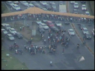 Policiais retém trânsito na região do Iguatemi, em Salvador (Foto: Reprodução/ TV Bahia)