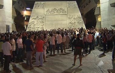 Policiais militares fazem manifestação na frente do prédio da Assembleia Legislativa, em Salvador, nesta quarta-feira (1º) (Foto: Reprodução/TV Bahia)