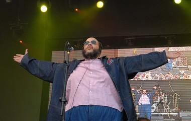 Ed Motta, de braços abertos, cantou no Palco Sunset (Foto: Alexandre Durão / G1)