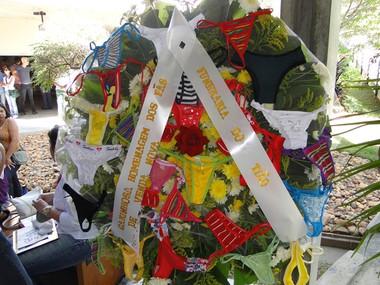 Fãs enviam coroa com flores e calcinhas para Wando em velório. (Foto: Alex Araújo/G1 MG)