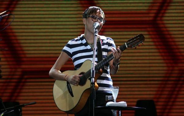 Maria Gadú se apresenta no palco principal do Parque de Exposições de Salvador, na primeira noite do Festival de Verão (Foto: Antonio Saturnino/Divulgação)
