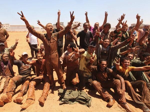 Rebeldes em Benghazi  (Foto: Reuters)