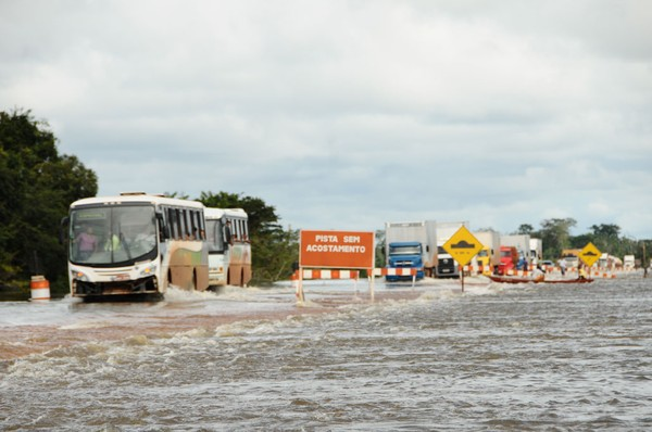 A principal rodovia de Roraima, BR-174, está com o tráfego interrompido desde a sexta (3) (Foto: Divulgação/Governo Roraima)