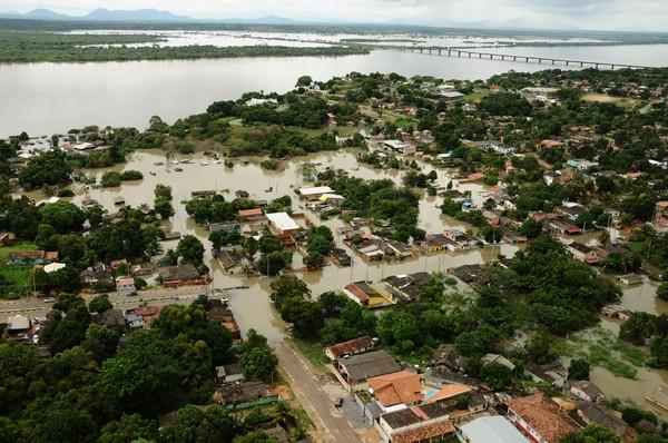 Enchente do rio Branco deixou comunidades isoladas; rio está quase 10 metros acima do nível normal (Foto: Divulgação/Governo Roraima)