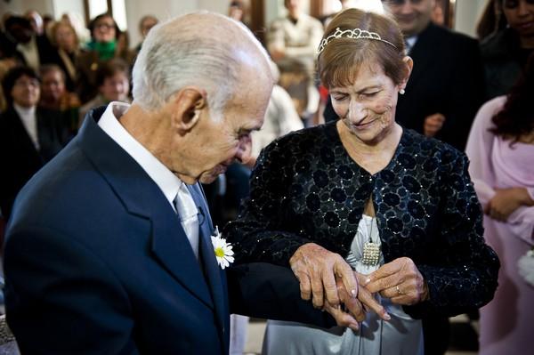 Ari Castro, 91, e Leopoldina Cardoso de Souza, 82, trocaram alianças em uma cerimônia realizada na capela do asilo (Foto: Mateus Bruxel/ Diário Gaúcho)