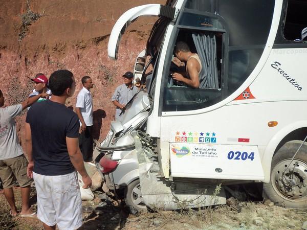 Acidente entre carro e ônibus na BA-099 (Foto: Raquel Cerqueira/ Arquivo Pessoal)