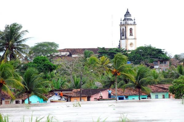 Enchente encobre casas por conta da cheia do rio Goiana, em Goiana, na Região da Mata Norte de Pernambuco (Foto: Bobby Fabisak/JC Imagem/AE)
