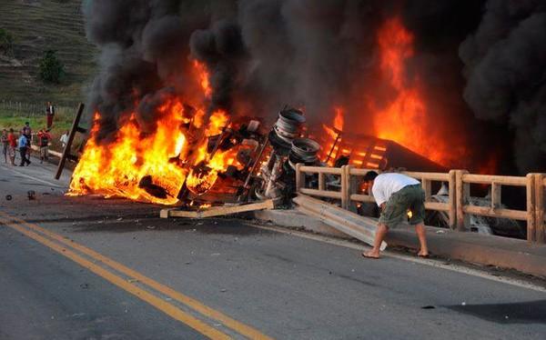 Motorista morre após carreta tombar e pegar fogo na BR-101, diz PRF (Foto: Hugo Santos/Radar64.com)
