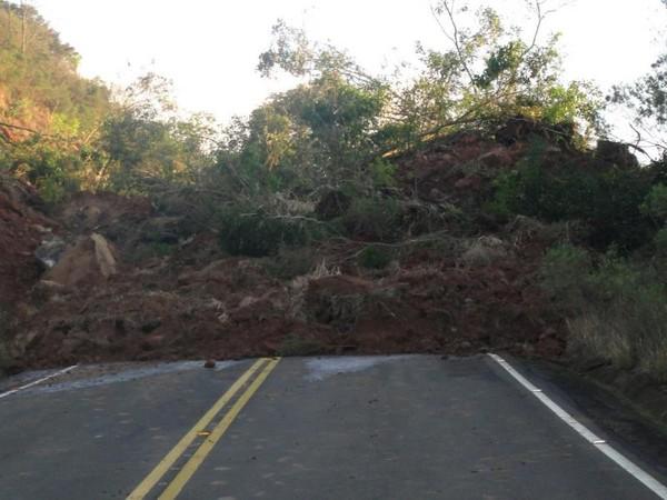 Deslizamento de terra atingiu veículo na serra catarinense, segundo bombeiros (Foto: Divulgação/Prefeitura de Pinhal da Serra)