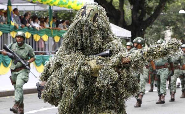 Soldado do Exército com camuflagem durante desfile de 7 de Setembro no bairro de Campo Grande em Salvador.   (Foto:  Eduardo Martins/Agência A Tarde/AE)