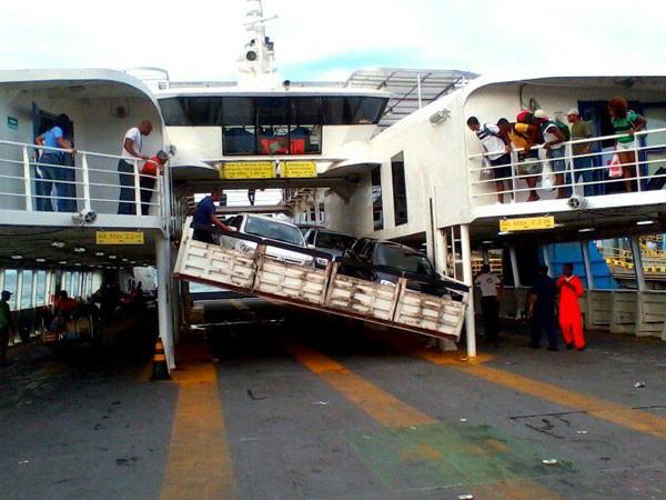 parte da plataforma de carros do ferry boat ana nery desaba em itaparica, bahia (Foto: Rodrigo Menezes/Arquivo Pessoal)