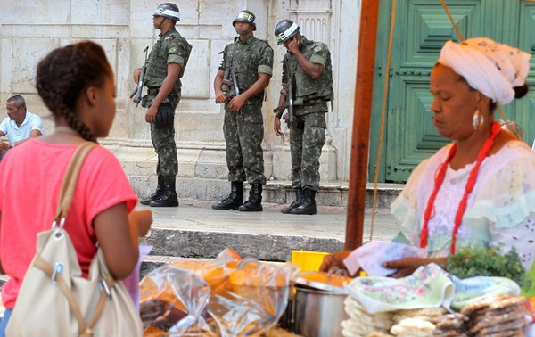 Homens da Polícia do Exército circulam pelas ruas do Pelourinho, em Salvador, nesta sexta-feira (3) (Foto: Lúcio Távora/Agência A Tarde/AE)