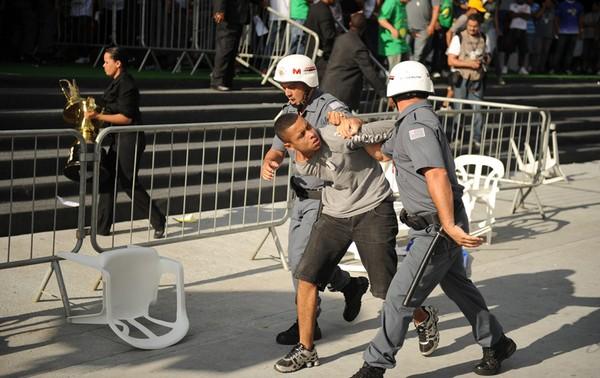 Membro da Gaviões da Fiel é preso após tumulto durante a apuração das notas do carnaval em São Paulo (Foto: Raul Zito/G1)