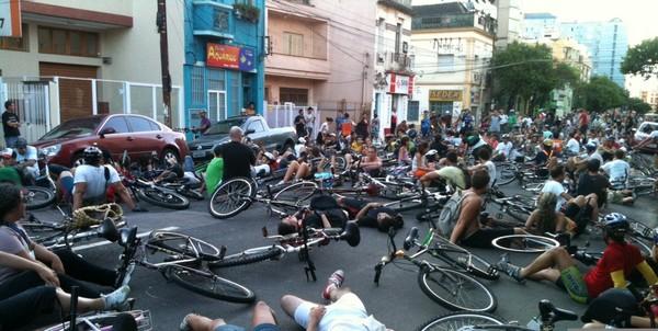 Protesto Massa Crítica (Foto: Luciane Kohlmann/RBS TV )